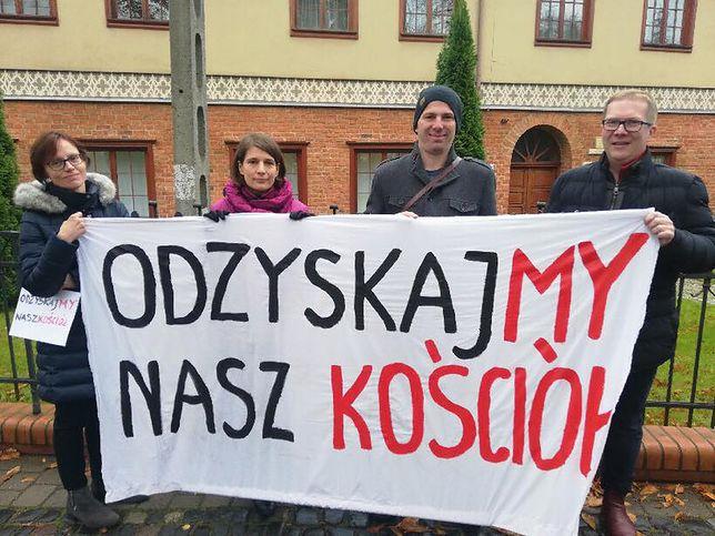"""Protestują przed kurią gdańską. """"Czujemy się rozgoryczeni"""""""