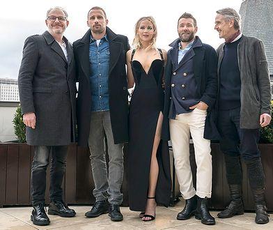 """Jennifer Lawrence na promocję filmu """"Czerwona jaskółka"""" wybrała piękną czarną suknią od Versace."""