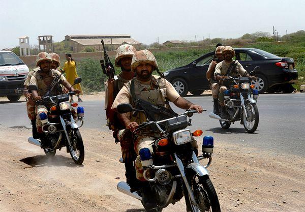 Pakistańskie służby bezpieczeństwa w pobliżu lotniska w Karaczi