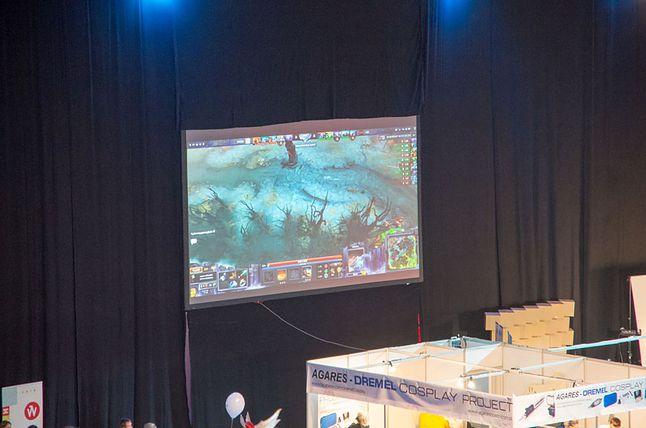 Rozgrywki można było oglądać na bocznych ekranach.