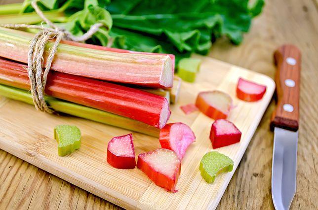 Rabarbar można dodać do słodkich wypieków, do dań wytrawnych, jednak najlepiej jest znany jako główny składnik orzeźwiającego kompotu. Przepisy z rabarbarem