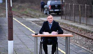 Nie wszystkim spodobało się, że prezydent Andrzej Duda podpisał nowelizację ustawy na peronie