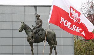 Pomnik Józefa Piłsudskiego umieszczono na cokole