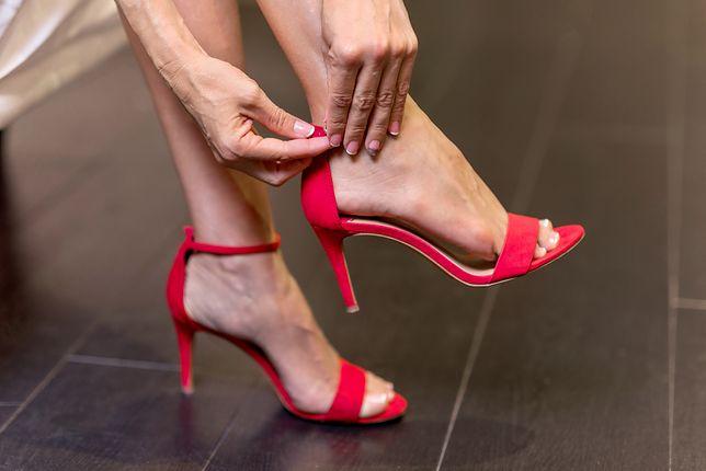 Delikatne sandały na szpilce świetnie wyglądają z koktajlową sukienką