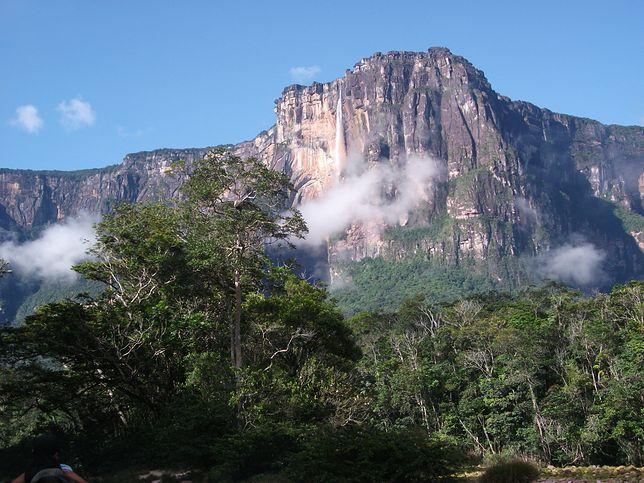 Auyan Tepui, czyli Diabelska Góra, z której wypływa Salto Angel, ma blisko 2,5 km wysokości