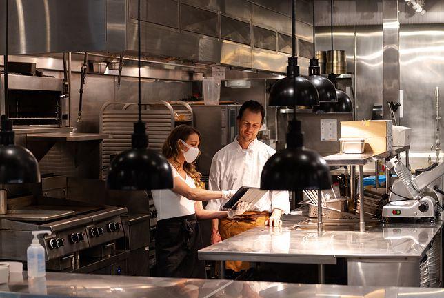 """Pracownicy restauracji o przestrzeganiu obostrzeń. """"Nie będę legitymować klientów, bo nie jestem do tego upoważniona"""""""