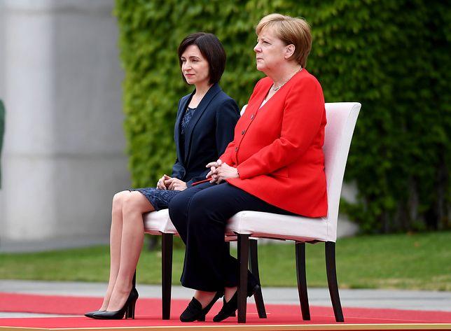 Angela Merkel podczas odsłuchania hymnów