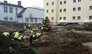 Warszawa. Trwają prace na terenie więzienia przy Rakowieckiej. Badacze liczą na to, że uda się odnaleźć szczątki rotmistrza Pileckiego w rocznicę jego śmierci. Wyrok na nim został wykonany  25 maja 1948 roku