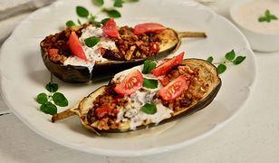 Zapiekany bakłażan z kaszą i ziołowym sosem