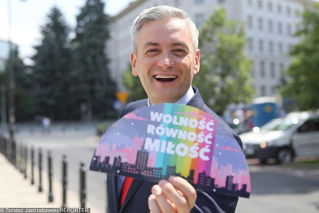 Robert Biedroń na konferencji prasowej przed Sejmem