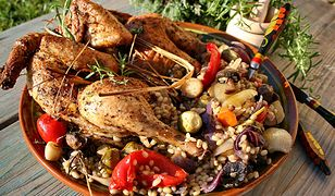 Kurczak ziołowy na warzywach z pęczakiem. Sycący i smakowity obiad