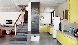 Beton dekoracyjny pod stopami. Nowoczesna szara podłoga