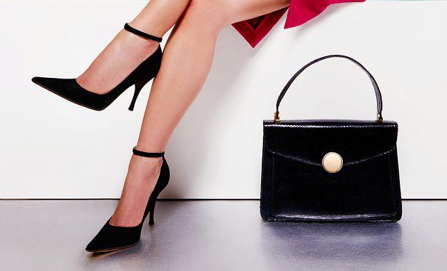 Eleganckie czarne szpilki nie muszą klasyczne - mogą mieć metaliczne elementy