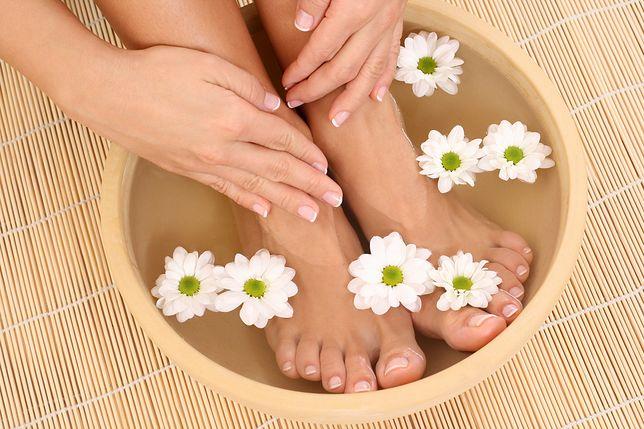 Domowy pedicure pozwoli na skuteczne oczyszczenie stóp i paznokci.