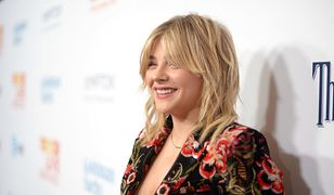 LOOK OF THE DAY: Chloe Grace Moretz w aksamitnym garniturze