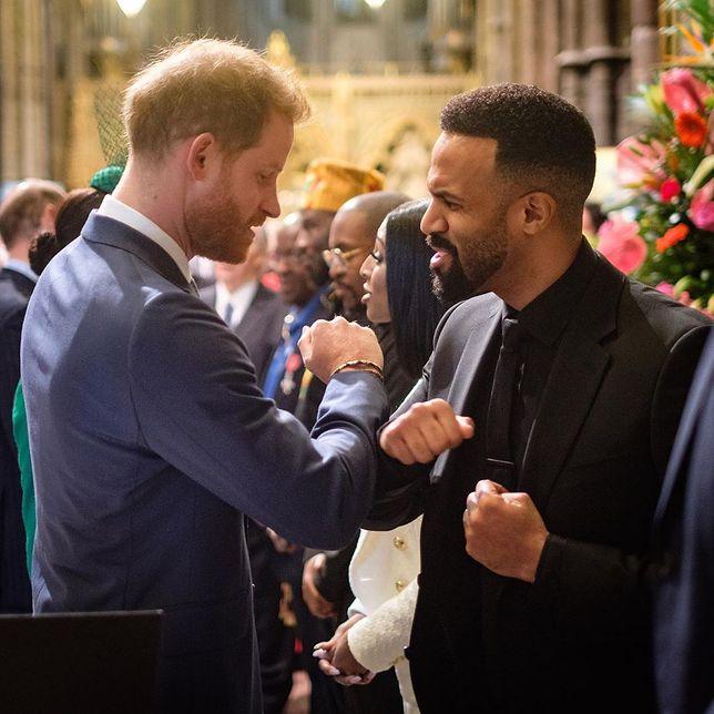 Książę Harry witał się w młodzieżowy sposób