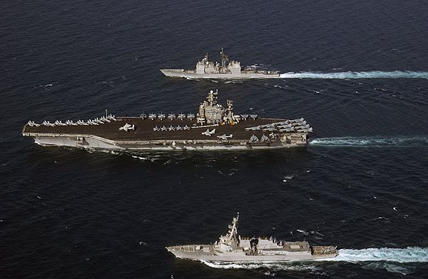 Lotniskowiec USS George Washington w asyście krążownika USS Vella Gulf (u góry) i niszczyciela USS Bulkeley