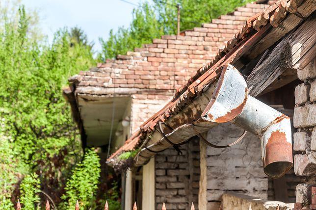 Kowal. Złodziej chciał ukraść kościelną rynnę. Spadł z dachu