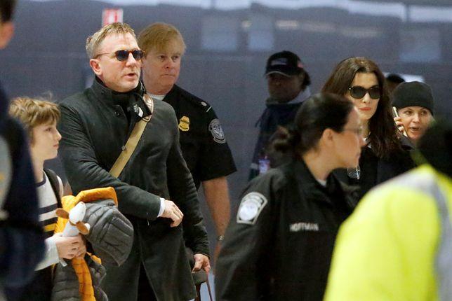 Daniel Craig avec sa femme Rachel Weisz et son beau-fils Henry arrivent � l'a�roport de New York (JFK), le 2 janvier 2018. Daniel Craig with her wife Rachel Weisz and her son Henry Aronofsky are arriving at JFK airport in New York. January 2nd, 2018.