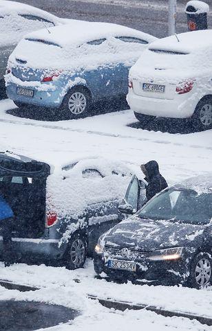 Zima w Katowicach. Poranne odśnieżanie samochodów