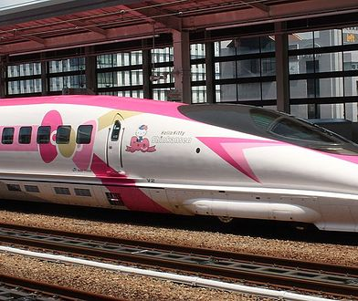 Szybki pociąg ozdobiony wizerunkiem Hello Kitty kursuje między Osaką a Fukuoką