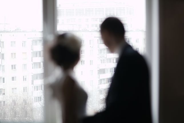 Dojrzała kobieta boi się powiedzieć synowi o młodym partnerze