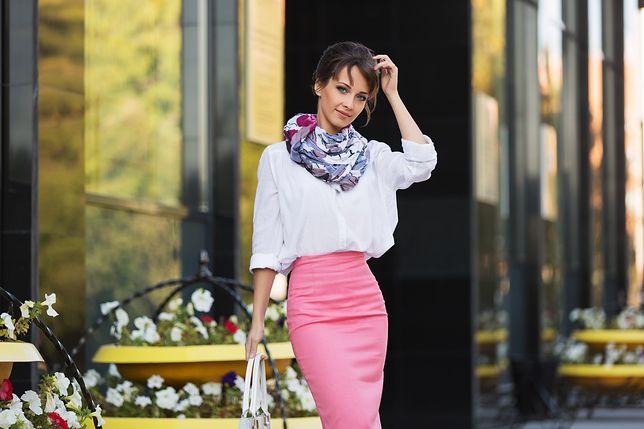 Biała bluzka idealnie pasuje do romantycznych stylizacji ze spódnicami, szpilkami i klasycznymi torebkami