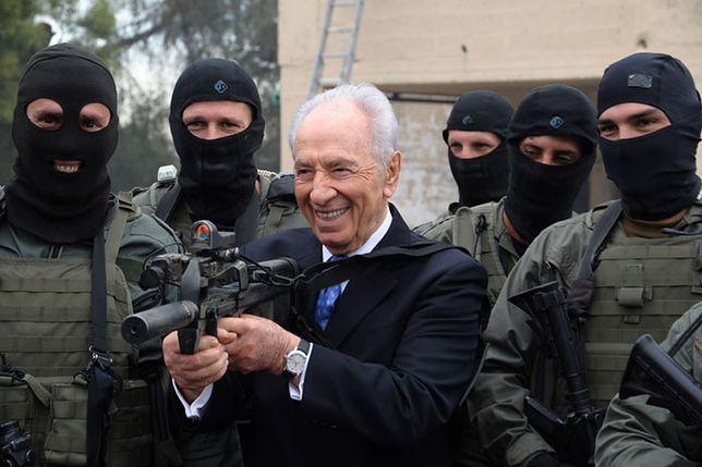 Szymon Peres w otoczeniu agentów Mosadu