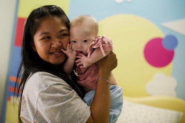 Tajska surogatka chce odzyskać córkę. Okazało się, że adopcyjny ojciec ma pedofilską przeszłość