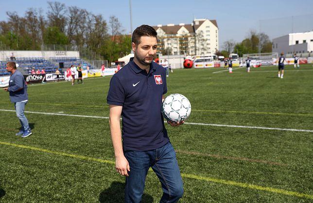 Patryk Jaki szykuje przesyłkę dla młodych piłkarzy w Kołobrzegu