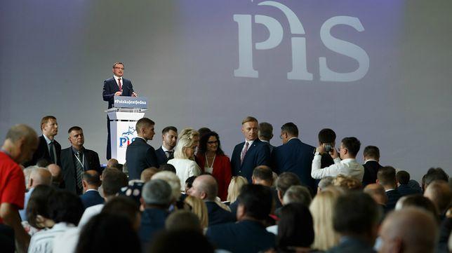 Wymowne gesty Szydło i Macierewicza podczas kongresu PiS.  Internauci od razu poruszyli wyobraźnią