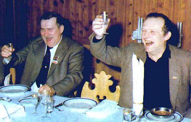 """Jedno ze zdjęć z rozmów przedstawicieli """"Solidarności"""" i PZPR, wokół których powstało wiele mitów. Na fotografii: Lech Wałęsa i Adam Michnik"""