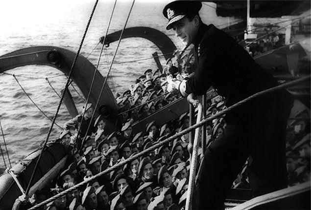 Brytyjscy żołnierze na okręcie desantowym