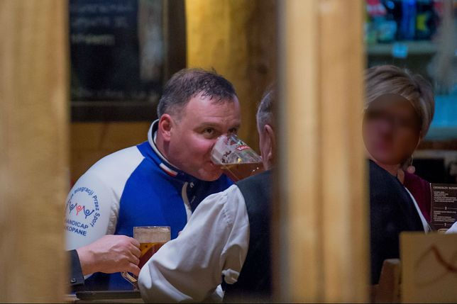 W dzień narty, wieczorem piwo z góralami. Andrzej Duda korzysta z zimy