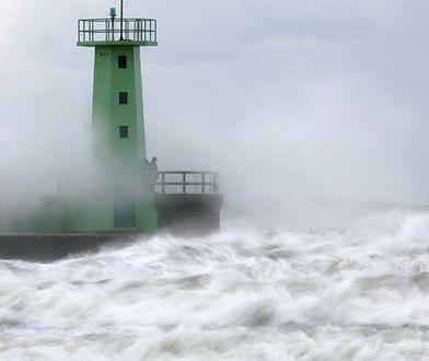 Wysokie fale na Bałtyku. Woda wdarła się do miast
