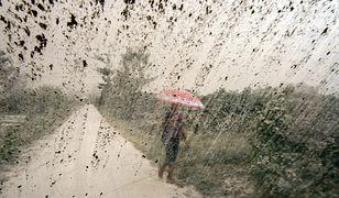 Nawet do ogródka muszą chodzić z parasolem. Wulkan nie daje żyć
