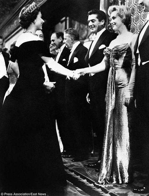 Marilyn Monroe na spotkaniu z królową Elżbietą II, 1956 rok