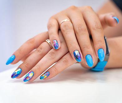 Paznokcie tie-dye. Modny manicure na jesień zachwyca energetyczną kolorystyką