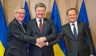 Ukraina: Petro Poroszenko (Ś) przekazał Donaldowi Tuskowi (P) listę Rosjan zaangażowanych w atak na Morzu Azowskim. (na zdj. po (L) Jean-Claude Juncker)