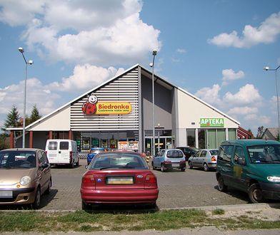 Niejasne zasady funkcjonowania parkingów Biedronki i Aldi budzą wątpliwości UOKiK.