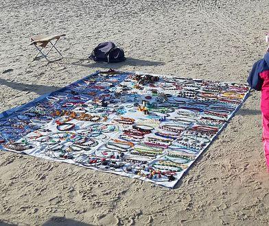 W Kołobrzegu sprzedawca rozstawił się na plaży z biżuterią.