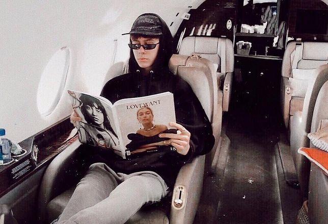Byron Denton wkleił swoje zdjęcie z domowej kanapy do wnętrza luksusowego samolotu. To tylko jeden ze sposobów na oszukanie publiki.