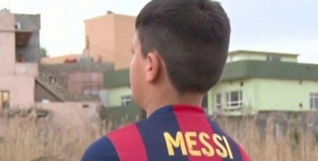 Chłopiec w koszulce Messiego wykonanej z plastikowej torby odnaleziony