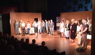 Katarzyna Z. Michalska odczytuje oświadczenie Teatru Wybrzeże