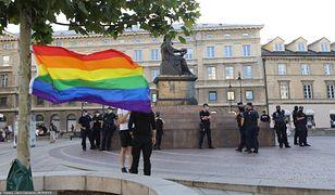 Warszawa.  Dwie manifestacje, podpalona tęczowa flaga
