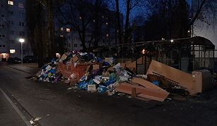 Warszawa. Kontener i śmieci przy ul. Zbaraskiej