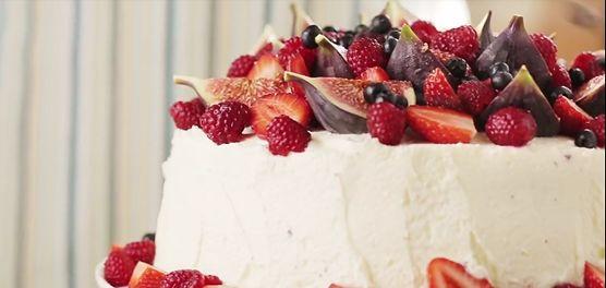 Obłędny tort czekoladowy z mascarpone i owocami - przepis krok po kroku