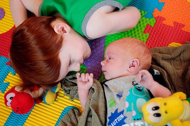 Dzieci na kolorowej macie