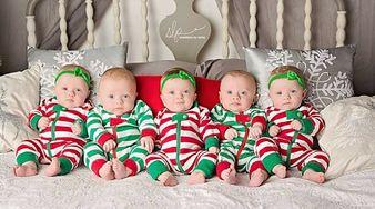 Rodzice publikują świąteczną sesję zdjęciową pięcioraczków. To trzeba zobaczyć