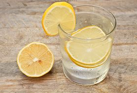 Ten oczyszczający napój jest popularny wśród gwiazd, ale może niszczyć zęby
